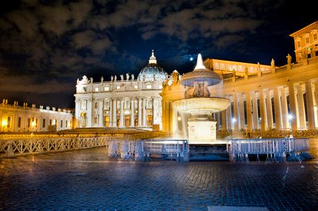 サンピエトロ広場とサンピエトロ大聖堂 夜景の写真素材 [FYI01762851]