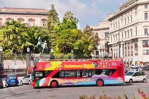 ナポリ市内観光バスの写真素材 [FYI01762867]