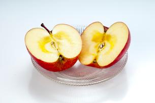 蜜が入ったりんご「ふじ」の写真素材 [FYI01762906]