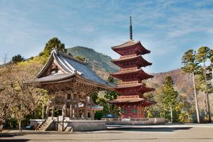 身延山久遠寺大鐘と五重塔の写真素材 [FYI01762992]