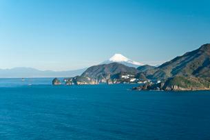 彫刻ラインから望む堂ヶ島と富士山の写真素材 [FYI01763098]