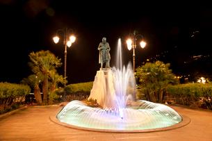 アマルフィの噴水と銅像のある小公園の写真素材 [FYI01763183]