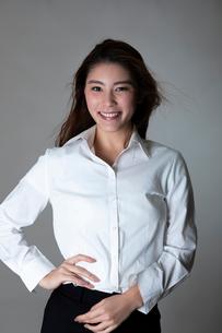 白いシャツの女性のポートレートの写真素材 [FYI01763199]