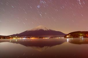 星の動きと逆さ富士の写真素材 [FYI01763268]