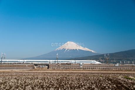 新幹線と富士山の写真素材 [FYI01763290]