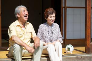 縁側に座る老夫婦の写真素材 [FYI01763326]