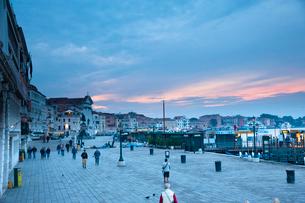 夜明け前のスキアヴォーニ海岸通りの写真素材 [FYI01763400]