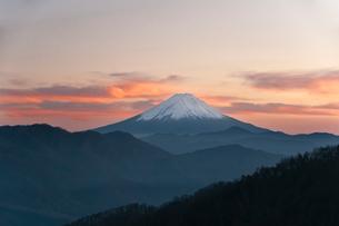 夕焼けの富士山の写真素材 [FYI01763445]