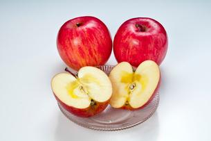 蜜が入ったりんご「ふじ」の写真素材 [FYI01763474]