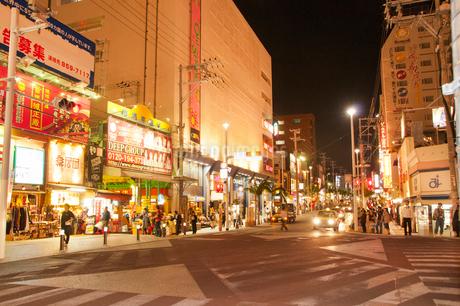 国際通りの夜景の写真素材 [FYI01763484]