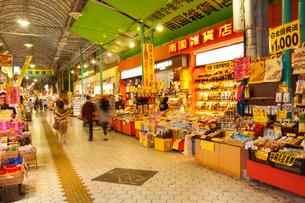 市場本通りの夜景の写真素材 [FYI01763630]