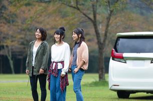 車の前に立つ女性の写真素材 [FYI01763651]