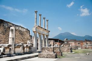 ポンペイの遺跡とヴェスヴィオ山の写真素材 [FYI01763653]