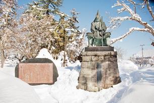 雪の上杉謙信公の像の写真素材 [FYI01763812]