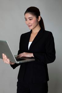 スーツを着た女性のポートレートの写真素材 [FYI01763833]