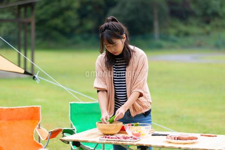 バーベキューの準備をする女性の写真素材 [FYI01763888]
