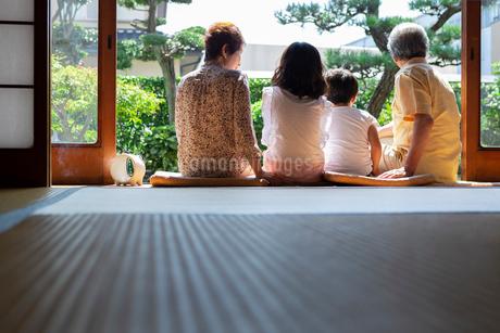 縁側に座る老夫婦と孫の写真素材 [FYI01763972]