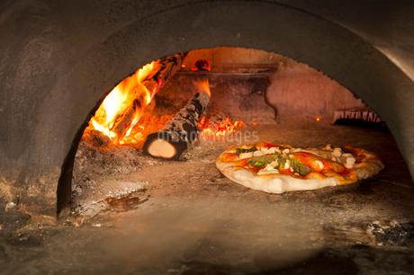 石窯で焼くマルゲリータの写真素材 [FYI01763985]