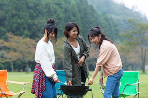 マシュマロを炙る女性の写真素材 [FYI01763991]