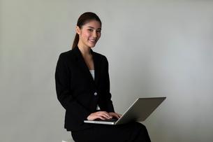 スーツを着た女性のポートレートの写真素材 [FYI01764014]