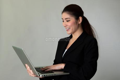 スーツを着た女性のポートレートの写真素材 [FYI01764020]