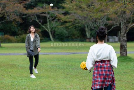 キャッチボールをする女性の写真素材 [FYI01764040]