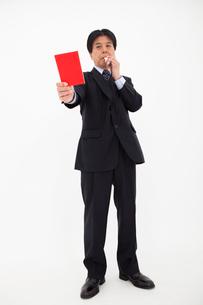 レッドカードを出す男性の写真素材 [FYI01764068]
