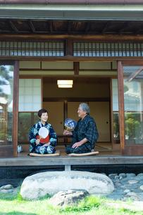 縁側に座る老夫婦の写真素材 [FYI01764123]