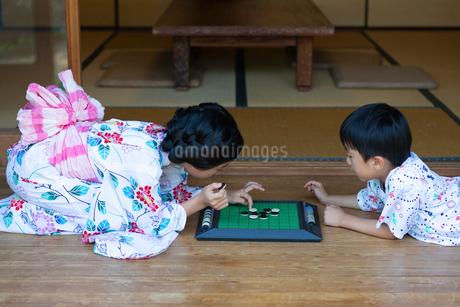オセロをする姉弟の写真素材 [FYI01764128]