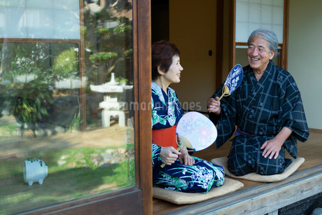 縁側に座る老夫婦の写真素材 [FYI01764153]