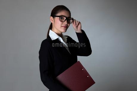 スーツを着た女性のポートレートの写真素材 [FYI01764173]