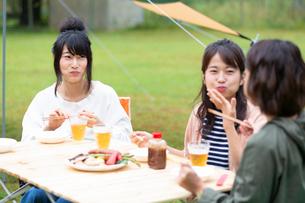キャンプ場で食事をする女性の写真素材 [FYI01764223]