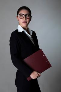 スーツを着た女性のポートレートの写真素材 [FYI01764224]