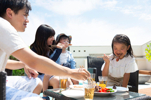 プールサイドで食事をする家族の写真素材 [FYI01764267]
