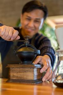 コーヒー豆を挽く男性の写真素材 [FYI01764268]