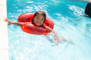 プールで遊ぶ家族の写真素材 [FYI01764301]