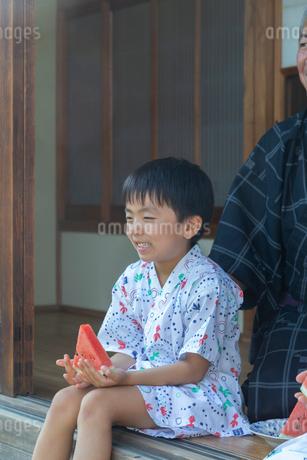 縁側に座る男の子の写真素材 [FYI01764343]
