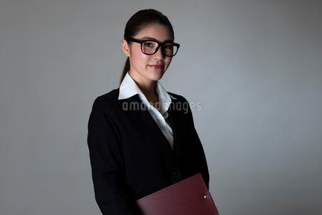 スーツを着た女性のポートレートの写真素材 [FYI01764375]