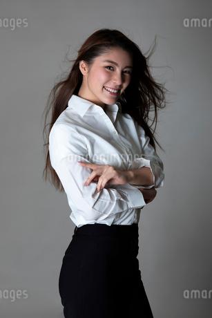 白いシャツの女性のポートレートの写真素材 [FYI01764414]