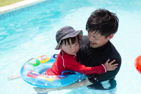 プールで遊ぶ家族の写真素材 [FYI01764433]