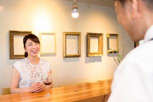 店員と会話する女性客の写真素材 [FYI01764437]