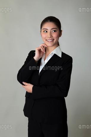 スーツを着た女性のポートレートの写真素材 [FYI01764440]