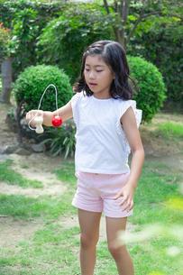けん玉をする女の子の写真素材 [FYI01764456]