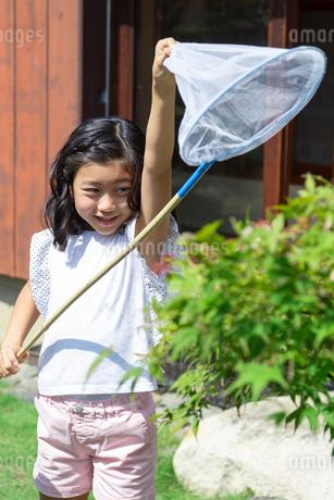 虫取りをする女の子の写真素材 [FYI01764514]