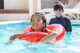 プールで遊ぶ家族の写真素材 [FYI01764522]