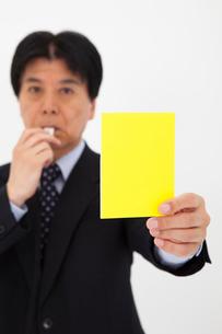 イエローカードを出す男性の写真素材 [FYI01764583]