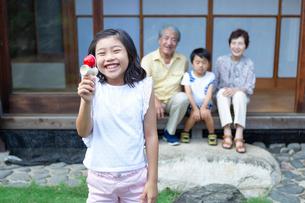 けん玉をする女の子と見守る祖父母と弟の写真素材 [FYI01764609]
