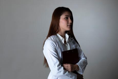 女性ドクターのポートレートの写真素材 [FYI01764623]