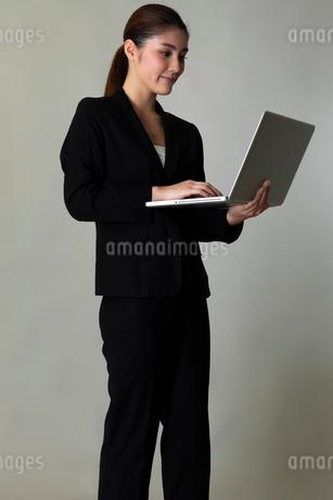 スーツを着た女性のポートレートの写真素材 [FYI01764674]