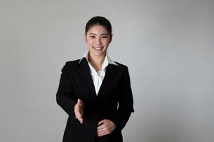 スーツを着た女性のポートレートの写真素材 [FYI01764683]